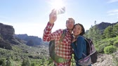 casal : Couple kissing and taking selfie photo with smart phone hiking. Smiling couple taking self-portrait picture on romantic hike. Young woman and man hikers on Gran Canaria, Canary Islands, Spain. Vídeos