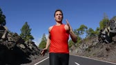 rápido : Running runner man training fast at speed. Close up of fit male athlete working out outside on road in summer. Fit muscular Caucasian man sprinting. Real time. Vídeos