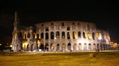 ruína : Coliseum, Rome, Italy at night. Roman Colosseum. Beautiful view of the famous Italian landmark travel icon and tourist attraction in the Roman forum.