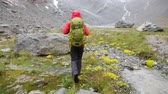 chovendo : Hiker woman in rain hiking along stream of water. Girl on hike on rainy wet day trekking in mountains in Swiss Alps, Switzerland. Young female living healthy active lifestyle wearing backpack.