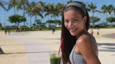 perda de peso : Green detox smoothie - woman drinking vegetable smoothie after fitness running workout on summer day. Fitness and healthy lifestyle concept with beautiful fit mixed race Asian Caucasian model.