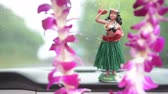 icônico : Hula doll dancing on dashboard and lei - Hawaii travel car on road trip.