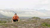 empurrão : Pushups fitness man doing pushups outside in amazing nature landscape on Iceland. Fit male sport model training crossfit outdoors. Caucasian athlete in his 20s. RED EPIC, REAL TIME. Stock Footage