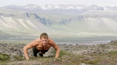 культурист : Fitness sport man doing push-ups outside in amazing nature landscape on Iceland. Fit male sport model training crossfit outdoors doing clap pushups. Caucasian athlete in his 20s. RED EPIC 90 FPS.