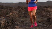 rápido : Running sport fitness woman runner. Closeup of female legs and running shoes in action. Girl athlete fitness runner running fast outside in barefoot running shoes. Trail running concept.