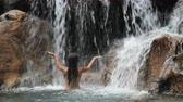natureza : Waterfall with girl in bikini bathing and swimming in natural pool on travel. Sexy beautiful woman in pristine nature enjoying summer travel vacation. SLOW MOTION. 59.94 FPS, Vídeos