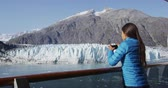 passagem : Alaska cruise ship passenger taking photo of glacier in Glacier Bay National Park, USA. Woman tourist taking picture using smart phone on travel vacation. Margerie Glacier. Vídeos