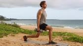 pulso : Dumbbell Lunges - fitness man doing Lunge Pulse fitness exercise with dumbbells. SLOW MOTION fitness workout.