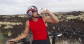 dostihy : Triathlon cycling - triathlete resting drinking water from taking a workout break. Man triathlete resting during training in full professional triathlon cycling gear and clothing. Dostupné videozáznamy