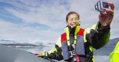 inflável : Tourist on Iceland Jokulsarlon Glacial Lagoon glacier lake taking selfie video in rubber boat sailing by icebergs in Vatnajokull National Park. Happy woman enjoying adventure travel on Iceland. Vídeos
