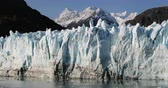 mudança : Glacier Bay Alaska cruise vacation travel. Global warming and climate change concept with melting ice. Panning landscape of Margerie Glacier and Mount Fairweather Range mountains.