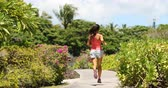 kalifornie : Running woman jogging on park path exercising on beautiful summer day. Fit female recreational runner.