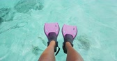 barbatanas : Woman swim feet snorkeler playful having fun with pink snorkel fins over ocean beach. Legs closeup of swimmer relaxing on sea background, Happy vacation travel to tropical vacations.