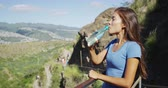 parque : Hiker drinking water on observation point at Diamond Head State Monument. Smiling woman is relaxing at famous hike trail in Oahu. She is enjoying beautiful view of nature during sunny day. Vídeos
