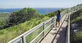 parque : Female hiker walking on footpath of observation point at Diamond Head State Monument. Young woman is enjoying sea view during summer vacation. She is enjoying sunny day. Oahu. Hawaii. USA.