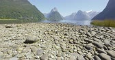 icônico : New Zealand tourist destination Milford Sound and Mitre Peak in Fiordland National Park, New Zealand. Iconic and famous New Zealand nature landscape of fjord. SLOW MOTION.