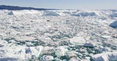 mudança : Aerial video Icebergs in Icefjord in amazing nature landscape on Greenland. Iceberg and ice in fjord from melting glacier. Ilulissat icefjord, Disko bay, Greenland. Affected by climate change.