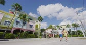 típico : Fort Myers Beach traditional colorful cottages houses - Couple on winter vacation in sun walking holding hands near Fort Myers Beach. Shot on RED in SLOW MOTION Vídeos