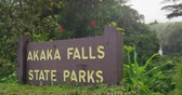bejárat : Akaka Falls State Park Entrance Sign on Big Island Hawaii USA. Beautiful forest park with amazing waterfall. Famous Tourist destination and attraction on Big Island Hawaii. RED EPIC SLOW MOTION. Stock mozgókép