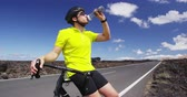 hidratação : Road bike cyclist man drinking water after intensive cycling biking training, Healthy active lifestyle sports fitness man resting on bike after exercise. SLOW MOTION