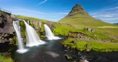fotografia : Iceland time lapse video of waterfall and famous mountain. Kirkjufellsfoss and Kirkjufell in northern Iceland nature landscape. Timelapse photography in 4K. Stock Footage