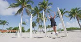 buste : Homme de remise en forme faisant pull ups poitrine à la barre de formation travaillant sur les muscles au gymnase en plein air à South Beach, Calisthenic Park de South Beach, Miami, Floride