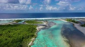 polinesia francese : Drone aerial video of Rangiroa atoll island motu and coral reef in French Polynesia, Tahiti. Amazing nature landscape with blue lagoon and Pacific Ocean. Tropical travel paradise in Tuamotus Islands.
