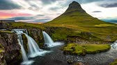 tripé : VIDEO LOOP SEAMLESS: Iceland timelapse photography of famous waterfall and mountain. Kirkjufellsfoss and Kirkjufell in Iceland nature landscape. Time lapse video in 4K - looping. 8K UHD available