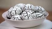 çatırtı : Put in bowl homemade chocolate crinkles cookies powdered sugar