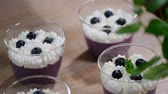 mousse raser : Decorate with mint leaves blueberry Panna cotta in a glass