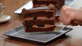 mousse raser : Putting in a plate slice of chocolate cake