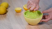 utensílios : Squeezing fresh lemon juice into bowl. Stock Footage