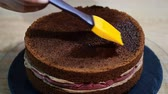 mousse raser : Preparation of chocolate cake with cherries. The cake is soaked with sweet syrup for moisture.
