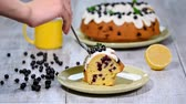 испечь : Delicate delicious cake with black currant. Eating a piece of cake with black currant.
