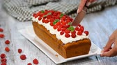 заварной крем : Raspberry Cake for holidays. Cutting Raspberry Cake.