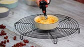 заварной крем : Pastry Chef caramelizing a creme brulee using a torch