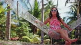 reclináveis : Young happy woman wearing sunglasses laying at hammock relaxing enjoying vacation. 1920x1080