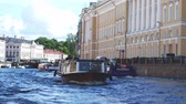 ruské : SAINT PETERSBURG, RUSSIA, JUNE 21, 2017. Boats floating in river channel in Saint Petersburg. Slow motion. 3840x2160