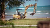 earthmover : Koh Samui, Thailand, am 29. Januar 2016 Bagger, der an dem Palm Beach arbeitet. 1920x1080 Videos