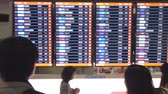 замедленный : Thailand, Bangkok, 29 january 2018. Man passenger arriving and looking at flight baggage claim timetable in the airport. slow motion. 3840x2160 Стоковые видеозаписи