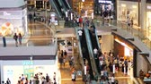 escada rolante : Singapore, 26 may 2018. People On Escalators In shopping mall. 3840x2160 Stock Footage