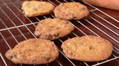 biscoitos : Cookies vanishing from a cooling rack Stock Footage