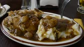 galinha : Taking a forkful of mashed potatoes and gravy