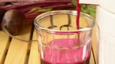 přípravě : Fresh beet juice being prepared