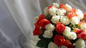 fiore vaso : A large festive bouquet of roses stands near the window