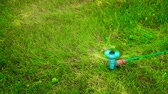 噴霧器 : Water sprayer on the lawn in motion on a hot summer day HD 1920x1080 動画素材