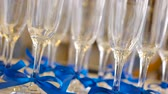 bue : Glasses of champagne with blue ribbons, set Stock Footage
