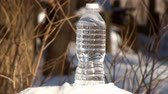 zasněžené : Time lapse of freezing plastic bottle of water. Bottle overturns due to the expanding ice inside of the bottle. Actual freezing time was 60 minutes. Actual outdoor temperature was 0F. Dostupné videozáznamy