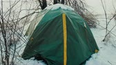 romantismo : Life of hikers in winter, romance of youth, youth travel, outdoor adventure, stress testing. Night was snowfall and tent covered with snow 4K UHD