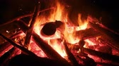 суеверие : Large bonfire, timber crib, tipi fire, hot fire. Red hot coals